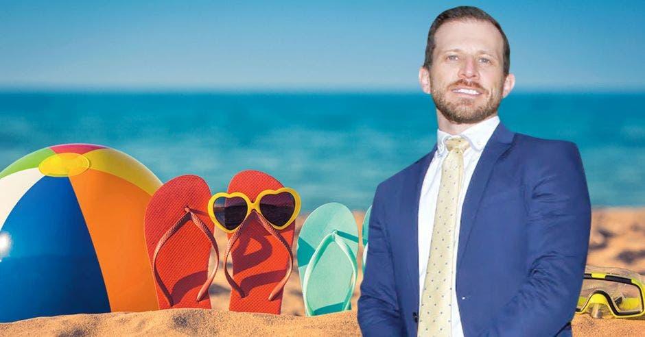hombre rubio de traje azul de fondo imagen de sombrilla y sandalias en la playa