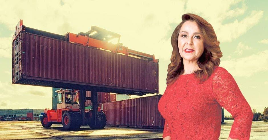 Mujer de rojo frente a contenedor