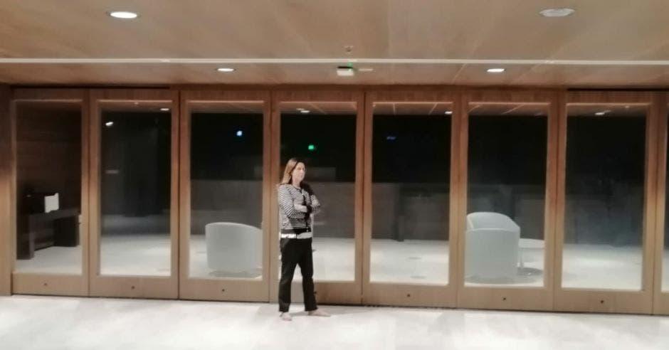 Nidia Céspedes protestando en el plenario