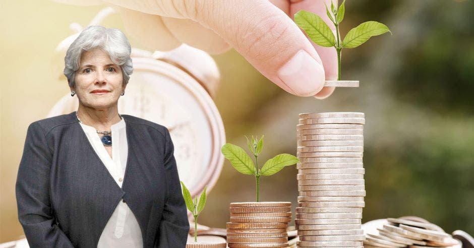 Mujer frente a monedas y reloj