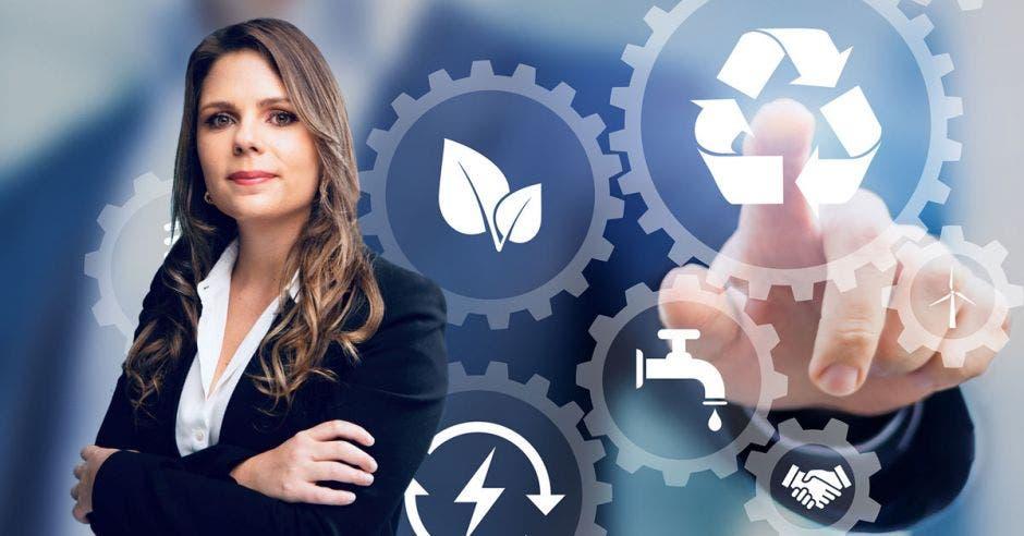 una mujer de blaser azul sobre un concepto de sostenibilidad que incluye símbolos de reciclaje. ahorro de energía y protección del agua