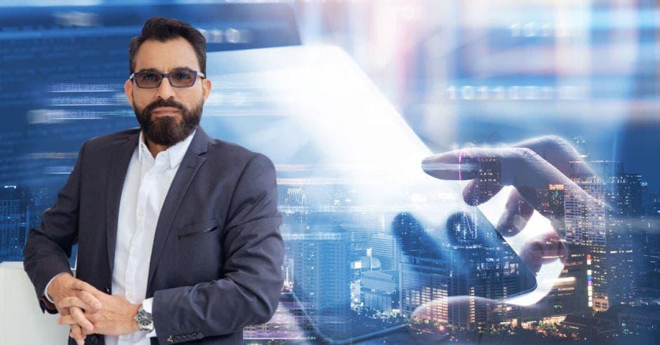 un hombre de barba sobre un fondo de tecnología