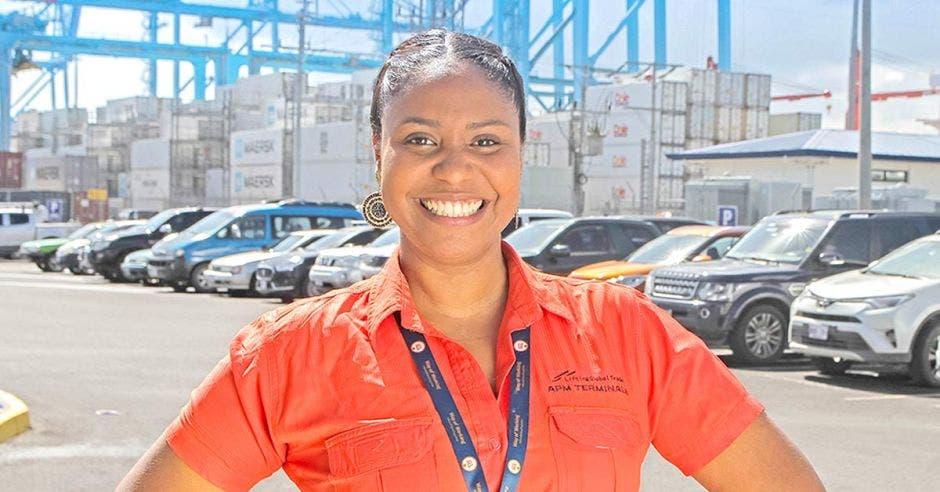 Tammy Spencer, encargada del Departamento de Responsabilidad Social Corporativa de APM Terminals con el muelle de fondo