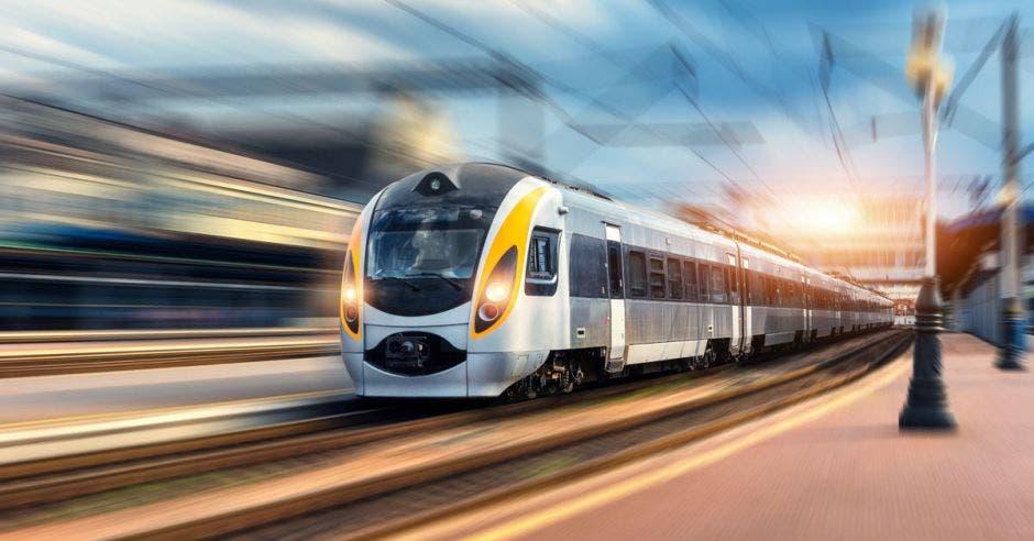 Foto de tren eléctrico moderno en la estación