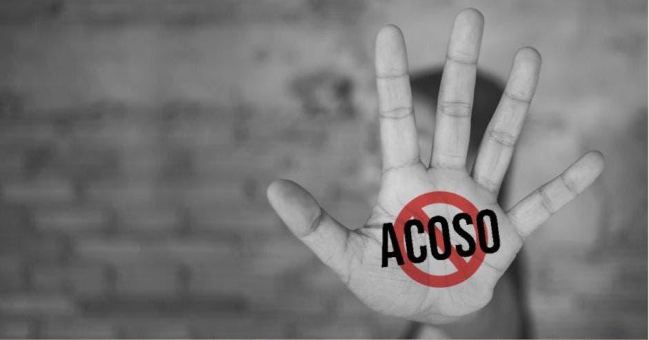 mano con palabra acoso en circulo tachado