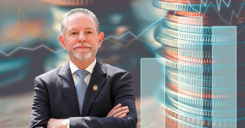 un hombre de traje frente a una serie de monedas