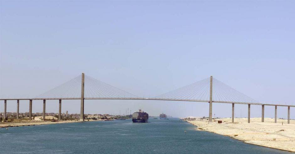 un amplio canal con barcos atravesándolo