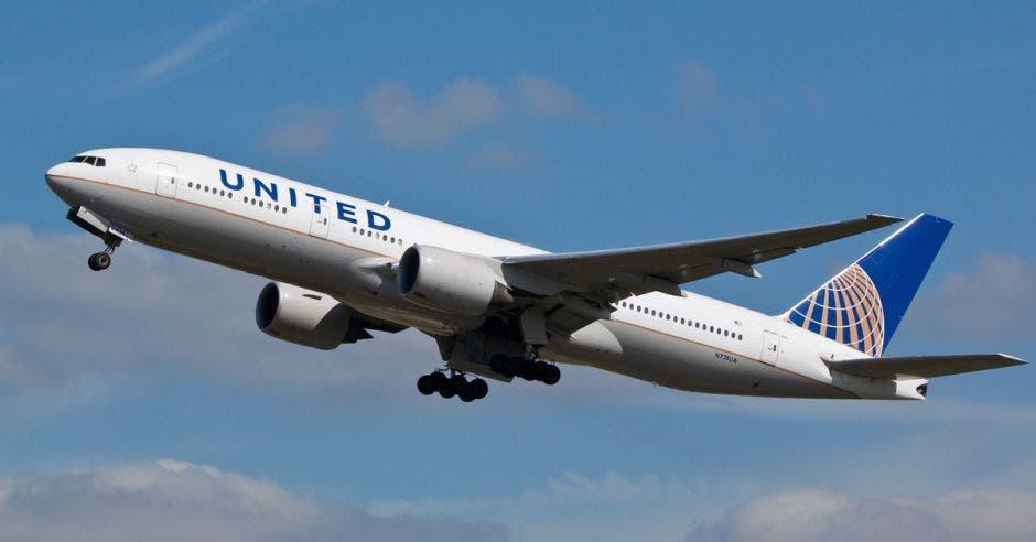 un boeing 777 de united airlines despegando