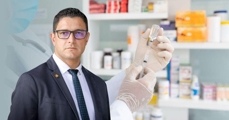 Daniel Salas y una farmacia