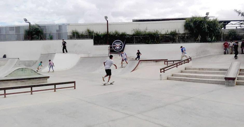 Jóvenes patinando en un skatepark