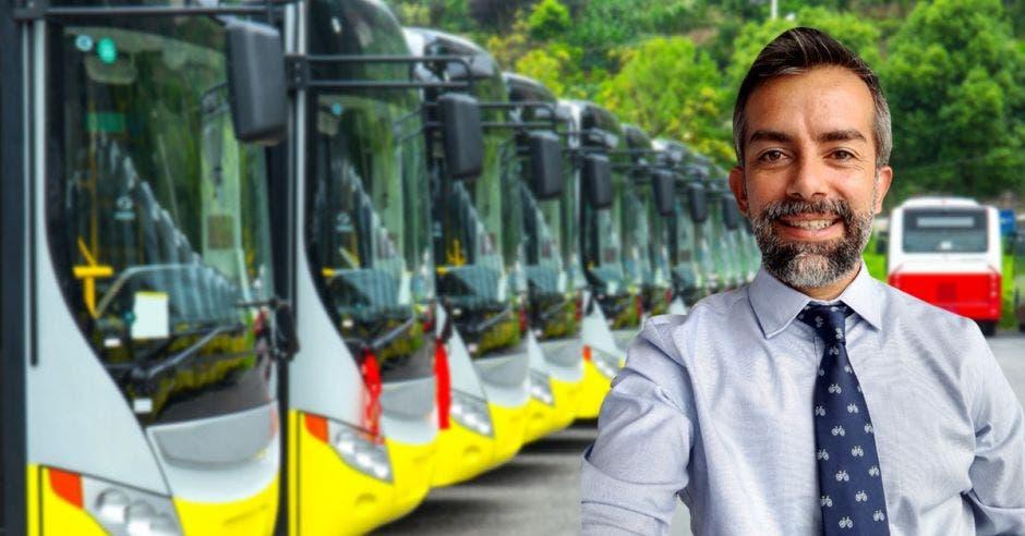 un hombre de camisa y corbata sobre un fondo de autobuses