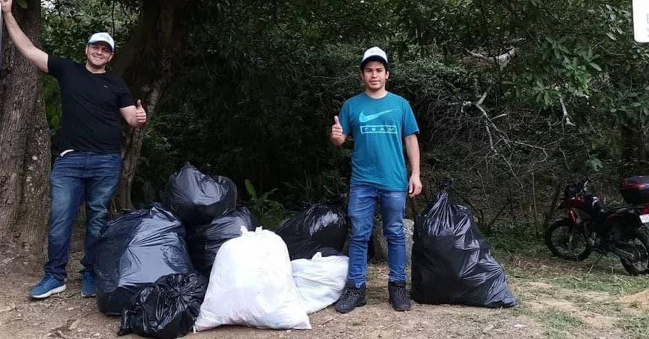 voluntarios con bolsas de basura