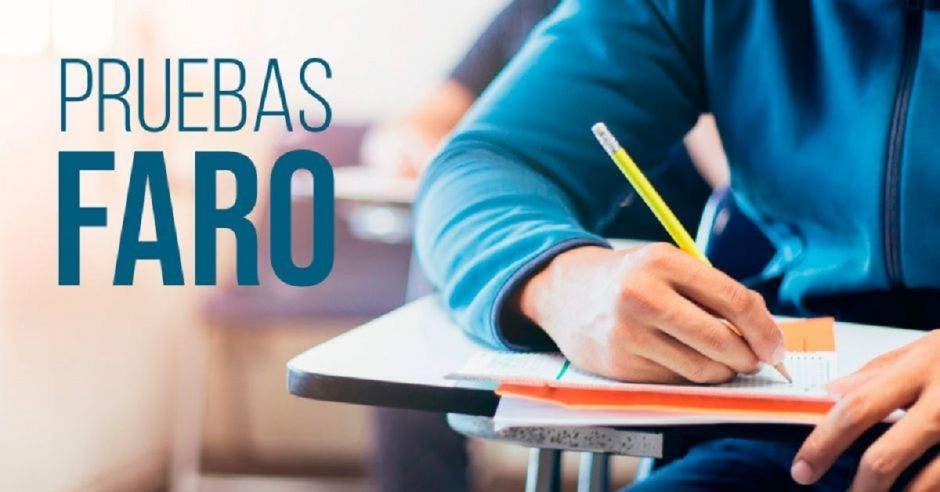 Un estudiante contestando un examen desde un pupitre y la palabra Pruebas FARO