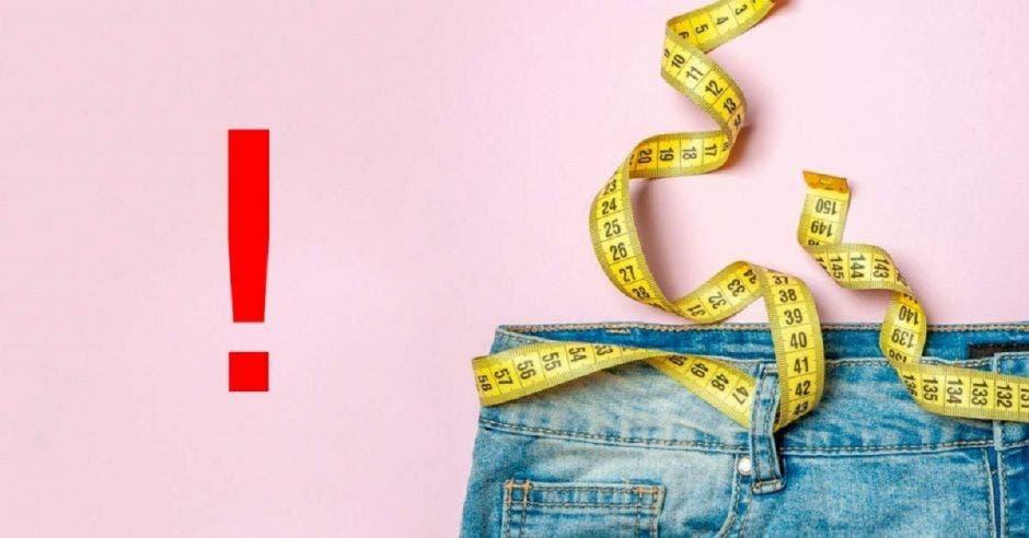 una cinta métrica alrededor de un pantalón