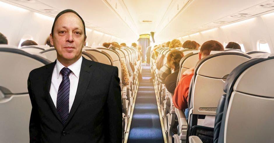 un hombre sobre un fondo de una cabina de avión