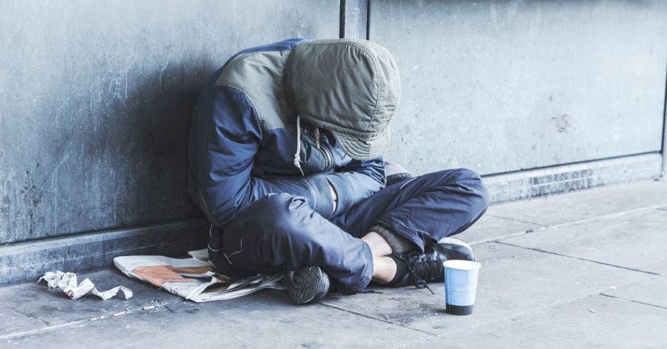imagen de hombre que vive en condición de calle, pidiendo limosna