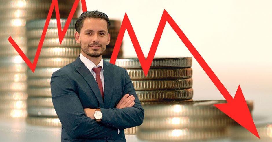 Monedas y flecha roja, frente a ellas hombre de traje