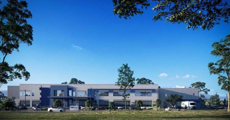 un edificio gris en medio de un parque industrial