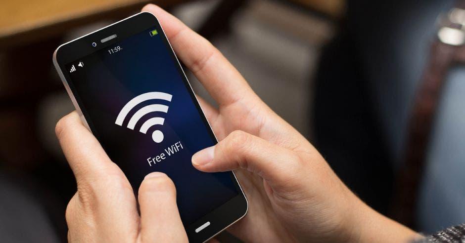Acceso a internet gratuito ahora es posible para clientes que visiten 16 de las agencias del Banco Nacional y próximamente el servicio se habilitará en todas las sucursales del país. Shutterstock/La República.