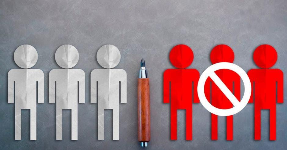 Muñecos dibujados con lápiz, unos rojos y otros blancos