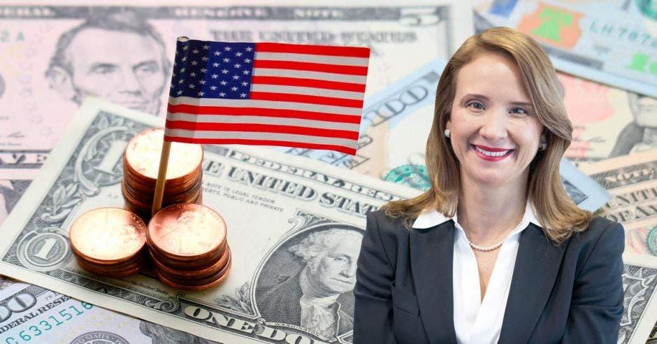Mujer frente a dólares y bandera de Estados Unidos