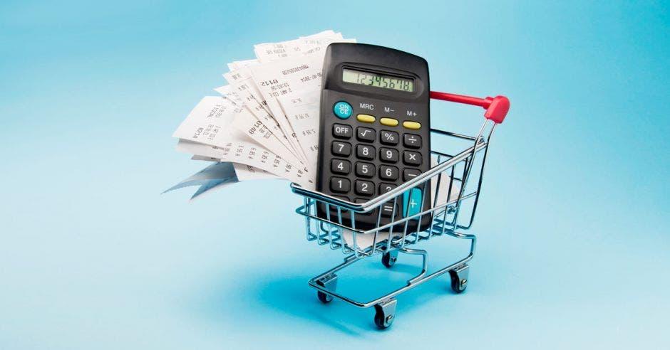 Carrito de supermercado con calculadora y papeles