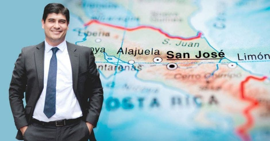 un hombre con traje y corbata sobre la imagen de un mapa