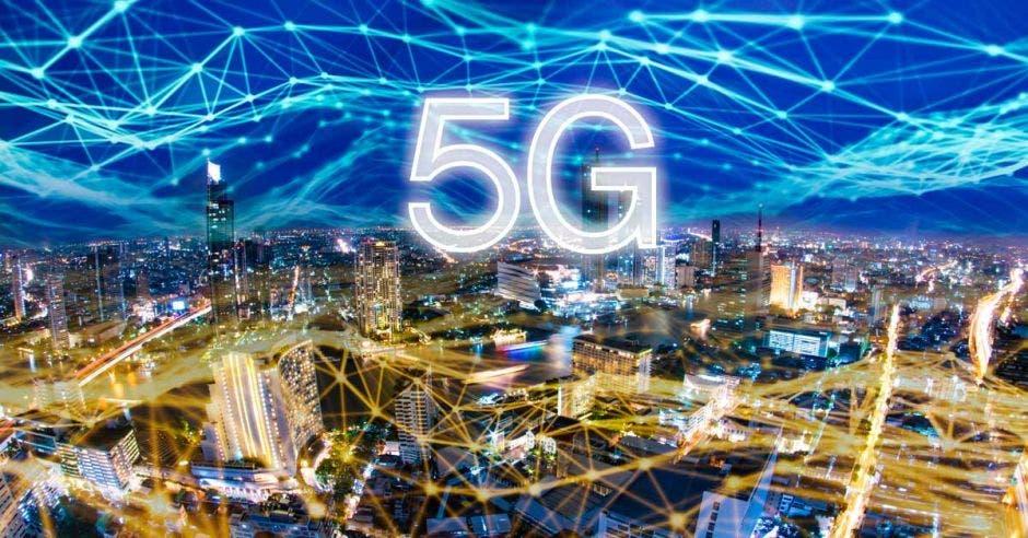 Un arte que muestra una ciudad tecnológicamente conectada con el símbolo de 5G en la parte superior