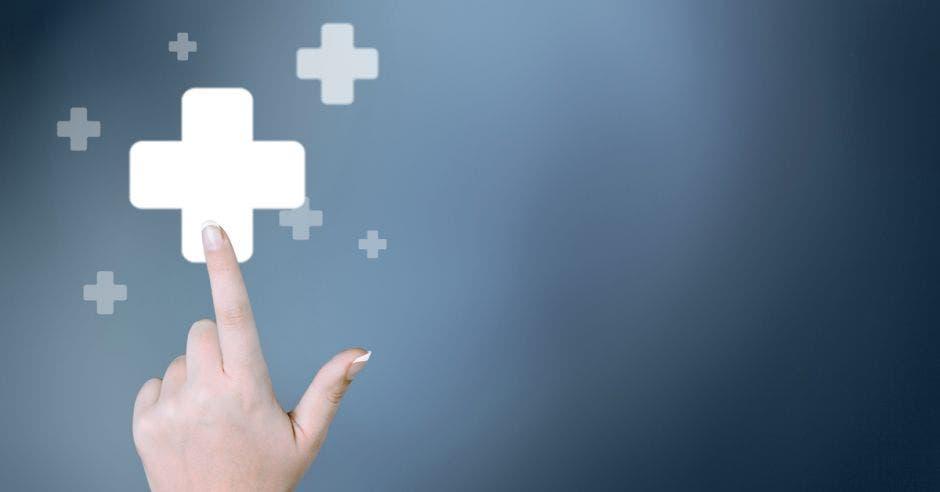 mujer presionando un botón positivo o algo médico
