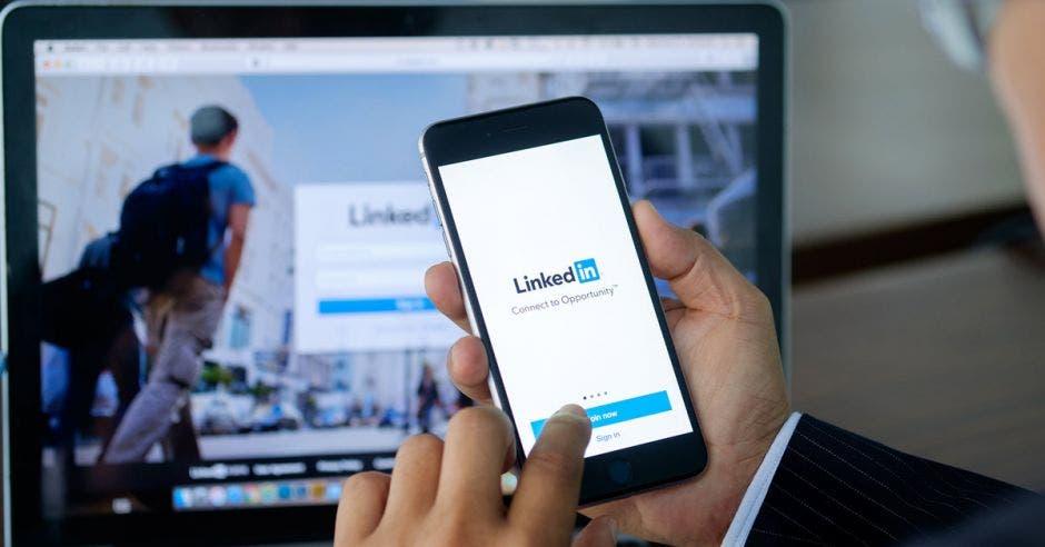 Profesional utilizando LinkedIn