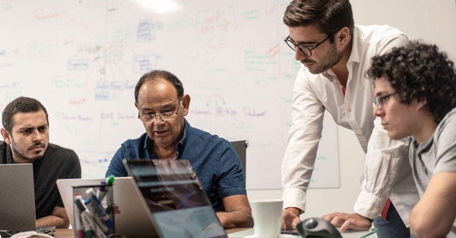 Pablo Solís y Carlos Araya, especialistas en inteligencia artificial, junto a José Ignacio y Luis Luna, jefes de Ingeniería de Muscle Points. Cortesía/La República.