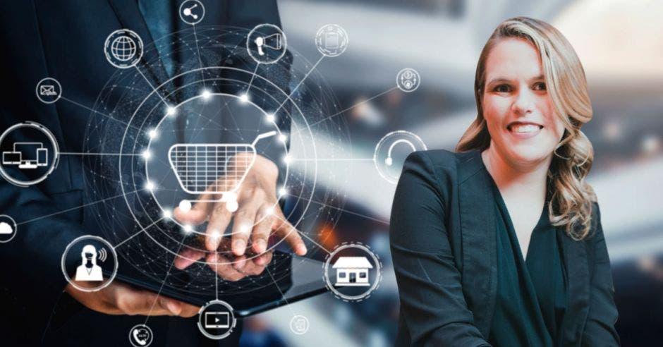 mujer de cabello rubio ondulado con blusa negra, de fondo una imagen de transformación digital