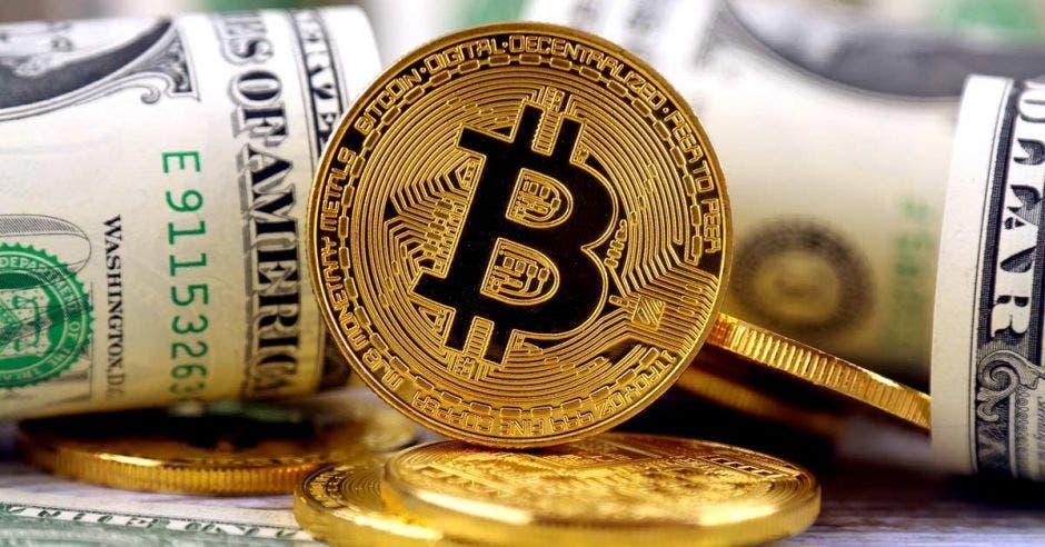 Bitcoin rodeado de dólares