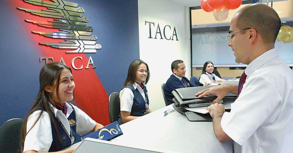 Empleados de Taca en el counter
