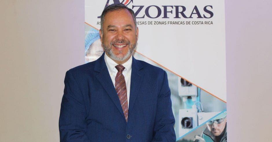 un hombre de saco azul con corbata color vino