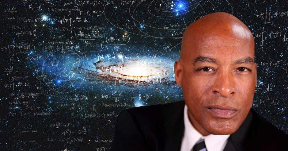 un hombre de tez morena sobre un fondo de astrofísica