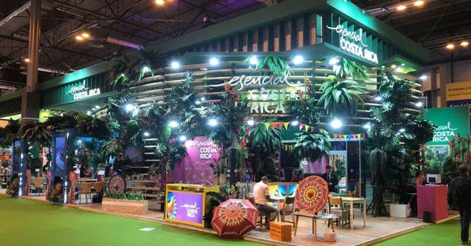 un stand con ramas decorativas, sombrillas y otros elementos