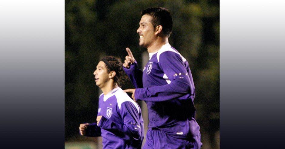 Dos jugadores de futbol celebrando un gol