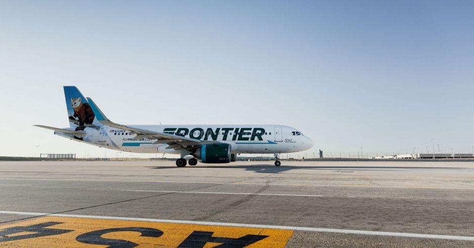 un avión en una pista de aterrizaje
