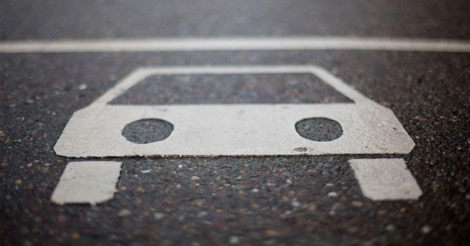 Símbolo de carro pintado en calle