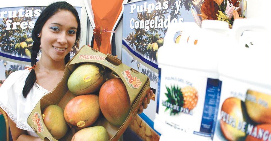 Mujer mostrando caja con mangos