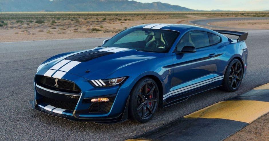 un carro de carreras de color azul
