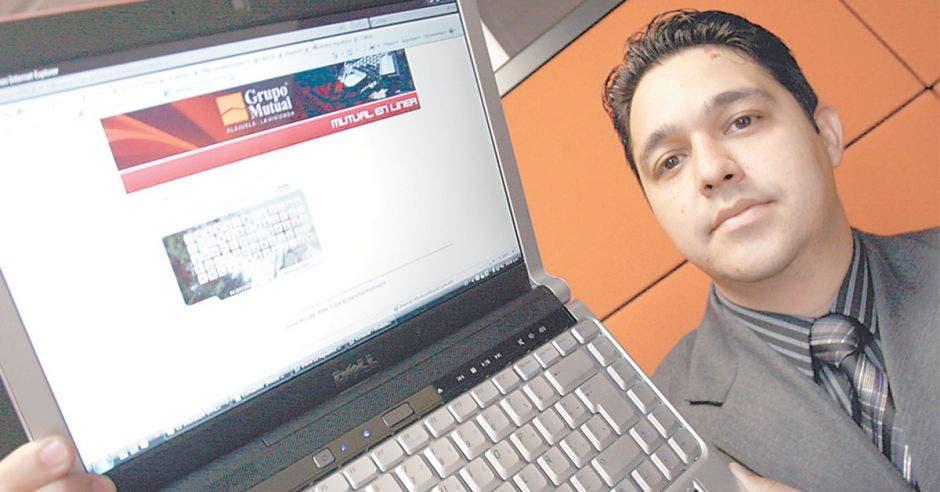 Una persona mostrando la pantalla de una computadora portátil