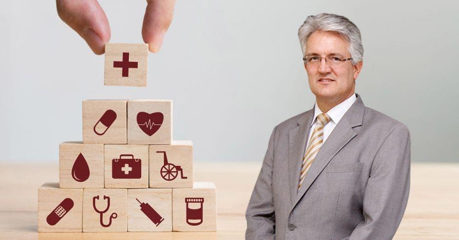 Hombre de traje frente a bloques con dibujos de seguros