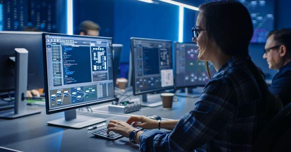 mujer estudiante de informática frente a computadora