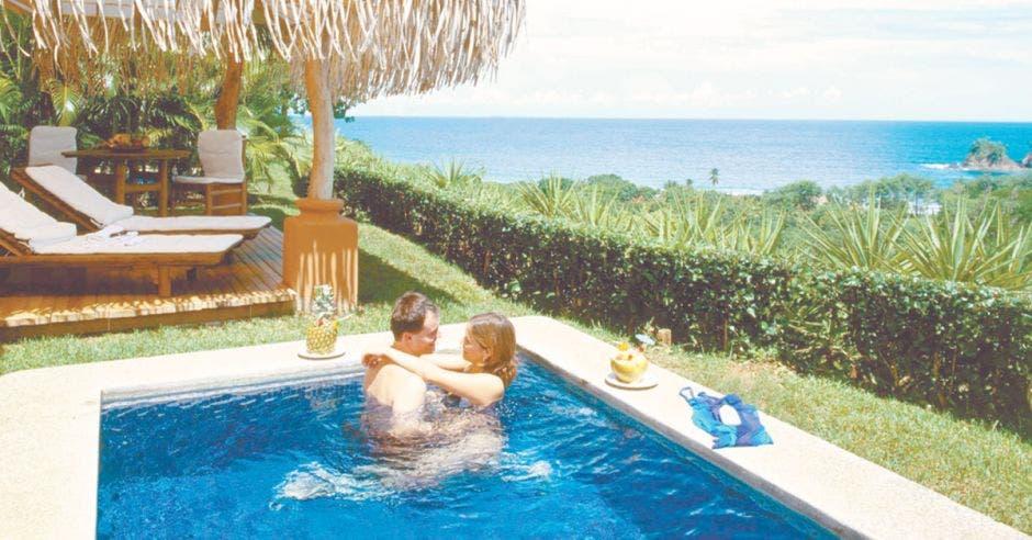 Turismo pareja dentro de una piscina