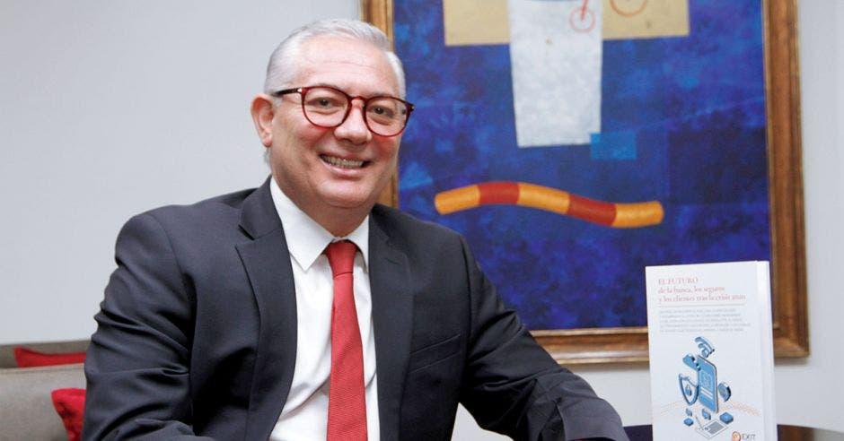 Hombre de traje y corbata sentado