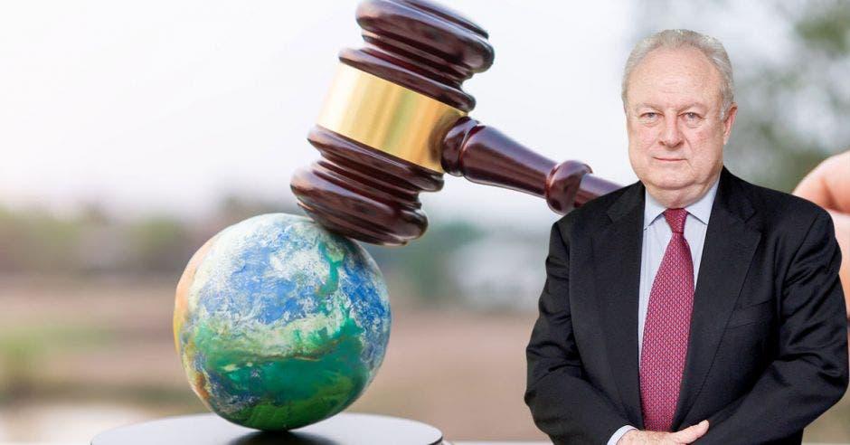 un hombre mayor con sus manos juntas sobre un fondo de un planeta tierra