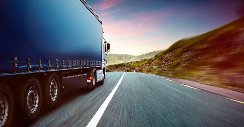 Camión de transporte en carretera