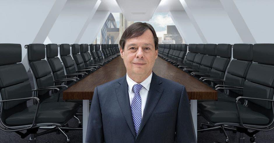 un hombre de saco y corbata sobre un fondo de sala de reuniones